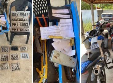 Veículos, peças, ferramentas e outros materiais foram localizados na residência