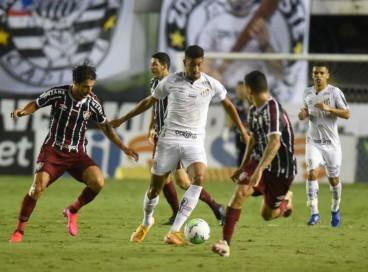 Santos e Fluminense se enfrentam hoje, 27, pela Série A do Brasileirão. Veja onde assistir ao vivo à transmissão e qual horário do jogo.
