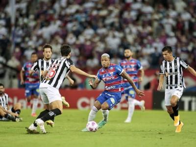 Atacante David com a bola no jogo Fortaleza x Atlético-MG, na Arena Castelão, pela Copa do Brasil