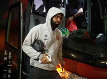 Atacante Gabigol desembarca do ônibus antes do jogo Flamengo x Athletico-PR, no Maracanã, pela Copa do Brasil
