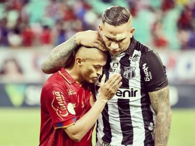 Atacante Jael e lateral-direito Nino Paraíba abraçados após o fim da partida entre Ceará e Bahia