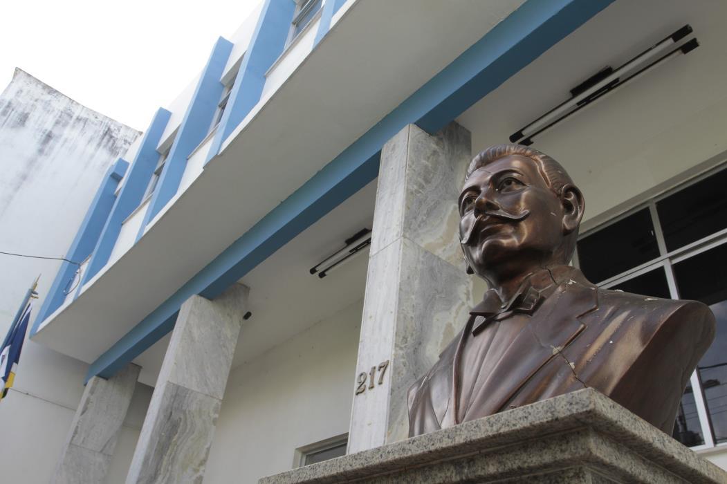 Na foto: Estátua de Floro Bartolomeu, na Câmara de Vereadores de Juazeiro do Norte Foto: Iana Soares, em 03/06/2011 *** Local Caption *** Publicada em 09/05/2012 - PO 21