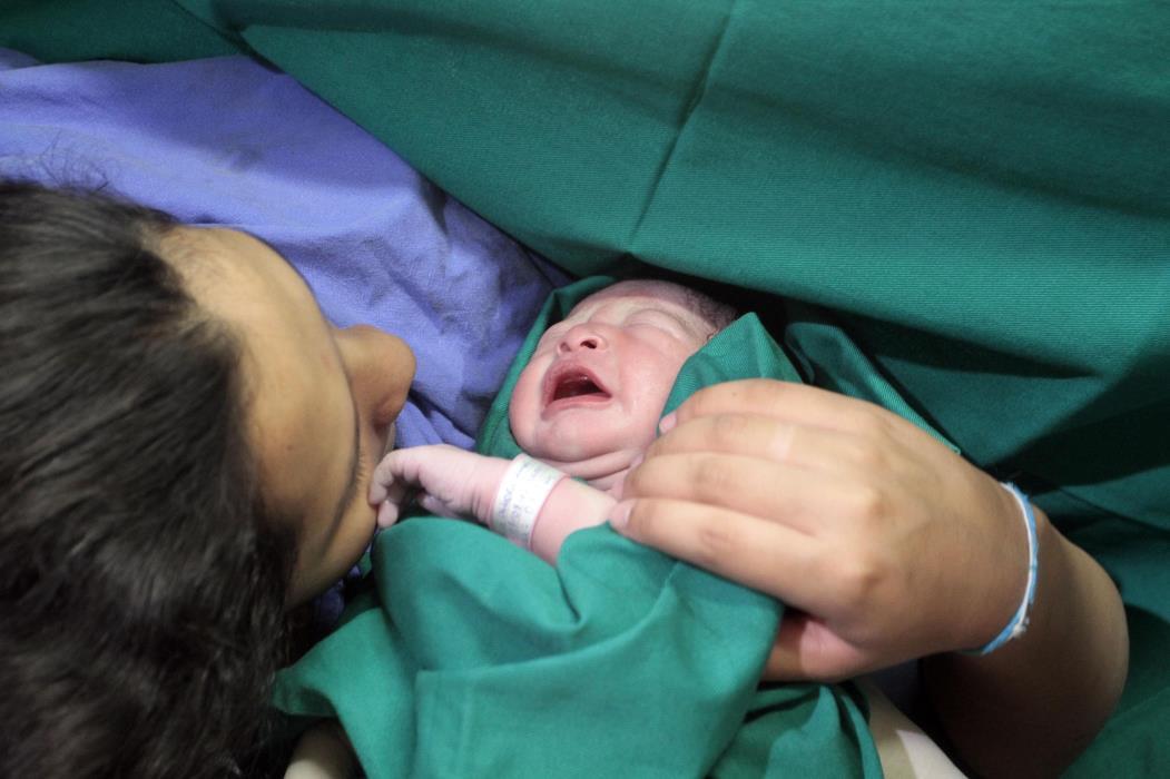 Inauguração da Maternidade do Hospital Geral da Polícia Militar Na foto: Mãe com seu bebê recém-nascido Foto: Iana Soares, em 08/08/2011 *** Local Caption *** Publicada em 20/01/2013 - CS 02 (Foto: IANA SOARES)