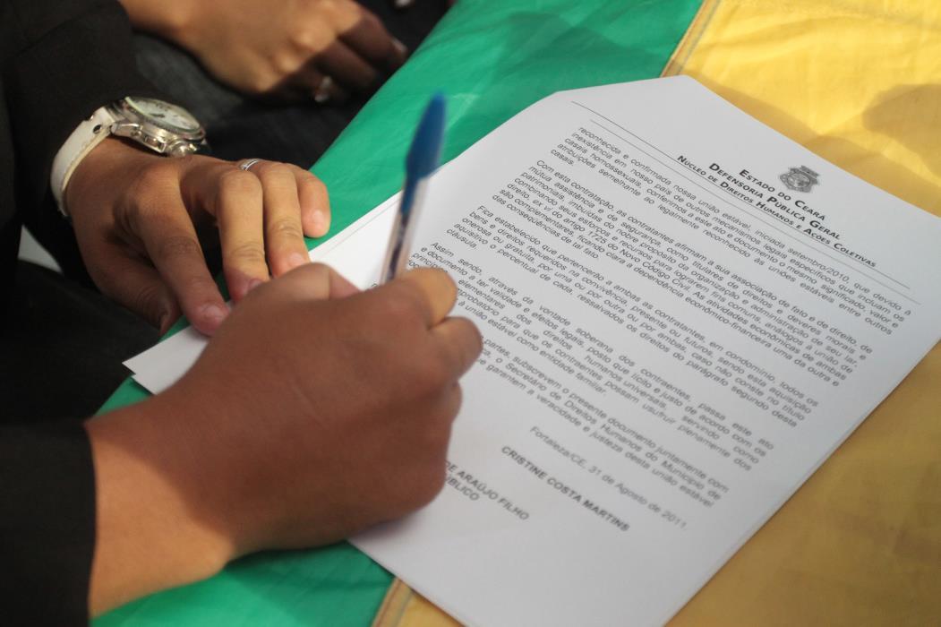 Mutirão - Cerimônia coletiva de união estável homoafetiva Na foto: Casais assinam documento de casamento Foto: Rafael Cavalcante, em 31/08/2011