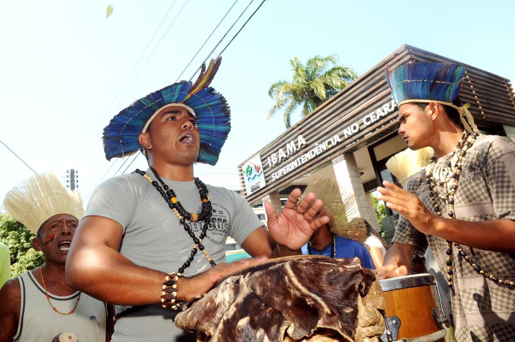 Manifestação de Índios Pitaguarys e Tapebas em frente ao IBAMA (Instituto Brasileiro do Meio Ambiente e dos Recursos Naturais Renováveis) Na foto: Índio toca instrumento de percussão em protesto em frente ao IBAMA Foto: Deivyson Teixeira, em 15/09/2011