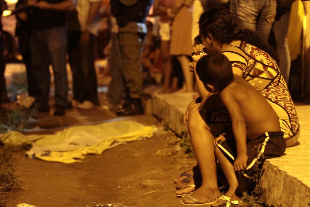 Criança é vítima de bala perdida no Genibaú  (Foto: IGOR DE MELO)