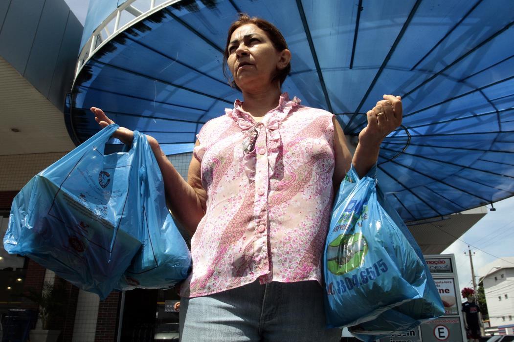 Proibição do uso de sacolas plásticas em ambientes comerciais  Na foto: Angely Freitas, 59, aposentada, com sacolas plásticas de supermercado  Foto: Edimar Soares, em 26/01/2012
