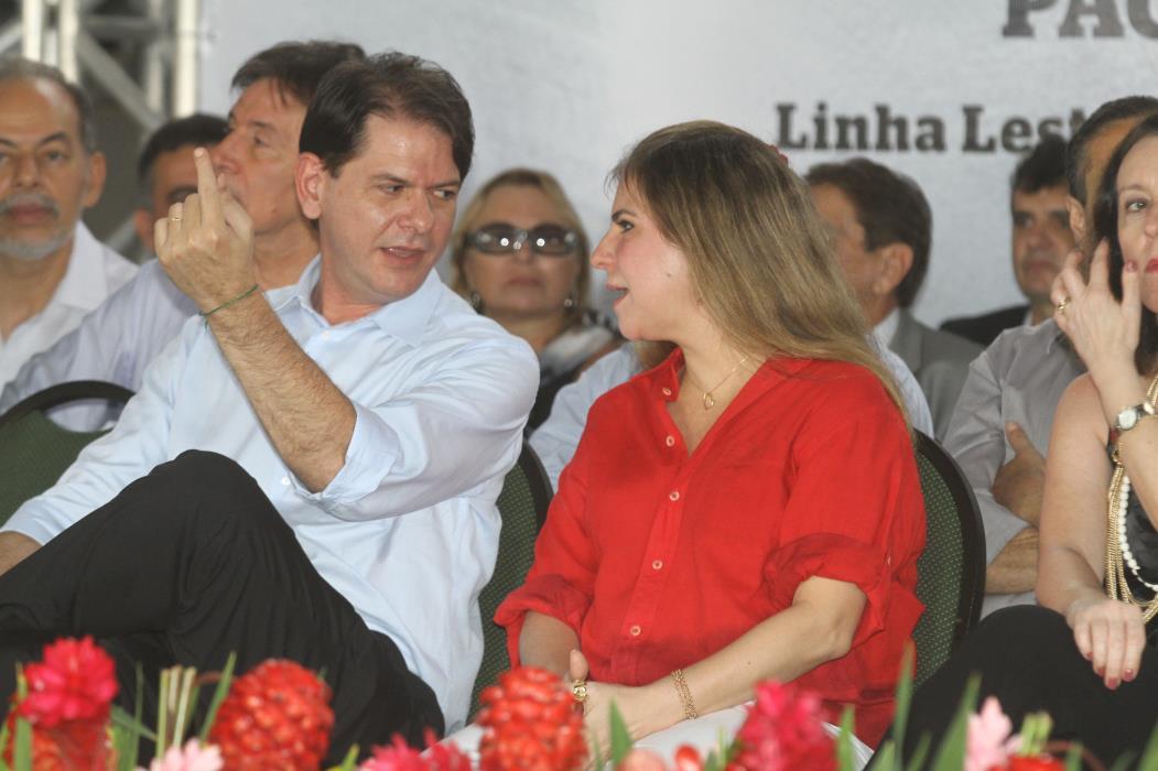 Visita da Presidenta do Brasil  Dilma Rousseff a Maracanaú e Caucaia Na foto: Governador Cid Gomes conversa com a Prefeita Luizianne Lins, em solenidade na estação Joaquim Távora em Maracanaú Foto: Edimar Soares, em 27/02/2012 *** Local Caption *** Publicada em 28/02/2012 - PO 19 Publicada em 10/06/2012 - PO 22 Publicada em 17/06/2012 - PO 25 (Foto: EDIMAR SOARES)