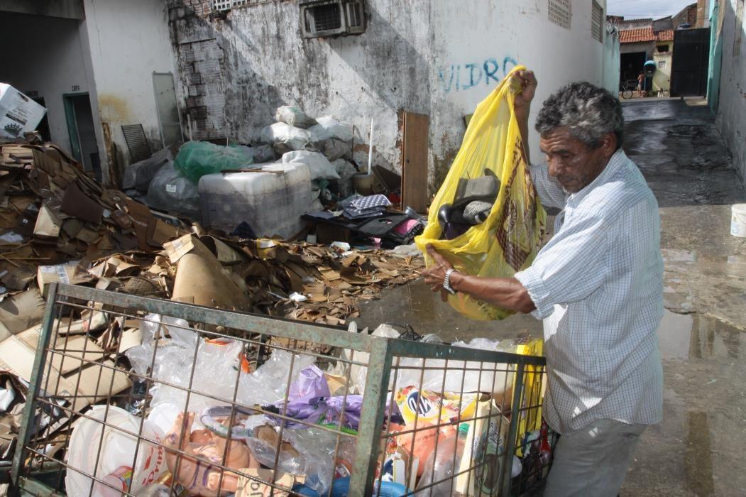 Entrei na História - Vida de Catador de lixo no Pirambu Na foto: José Ribamar Nonato Silva, reciclador, coleta materias recicláveis nas ruas do bairro Pirambu Foto: Mauri Melo, em 28/02/2012 (Foto: MAURI MELO)