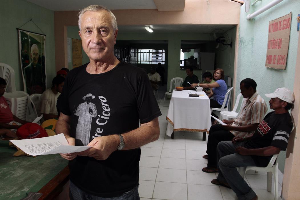 Padre Lino Allegri, sacerdote da Paróquia da Paz, em Fortaleza (foto tirada antes da pandemia) (Foto: IGOR DE MELO)