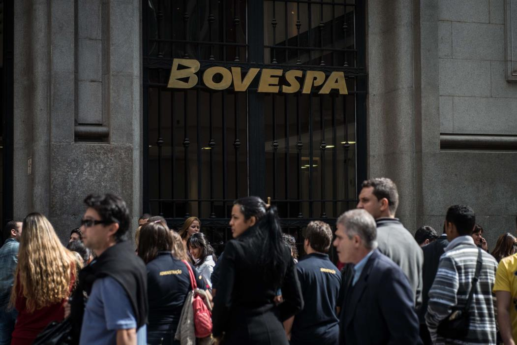 Pessoas caminham em frente à Bovespa, em São Paulo