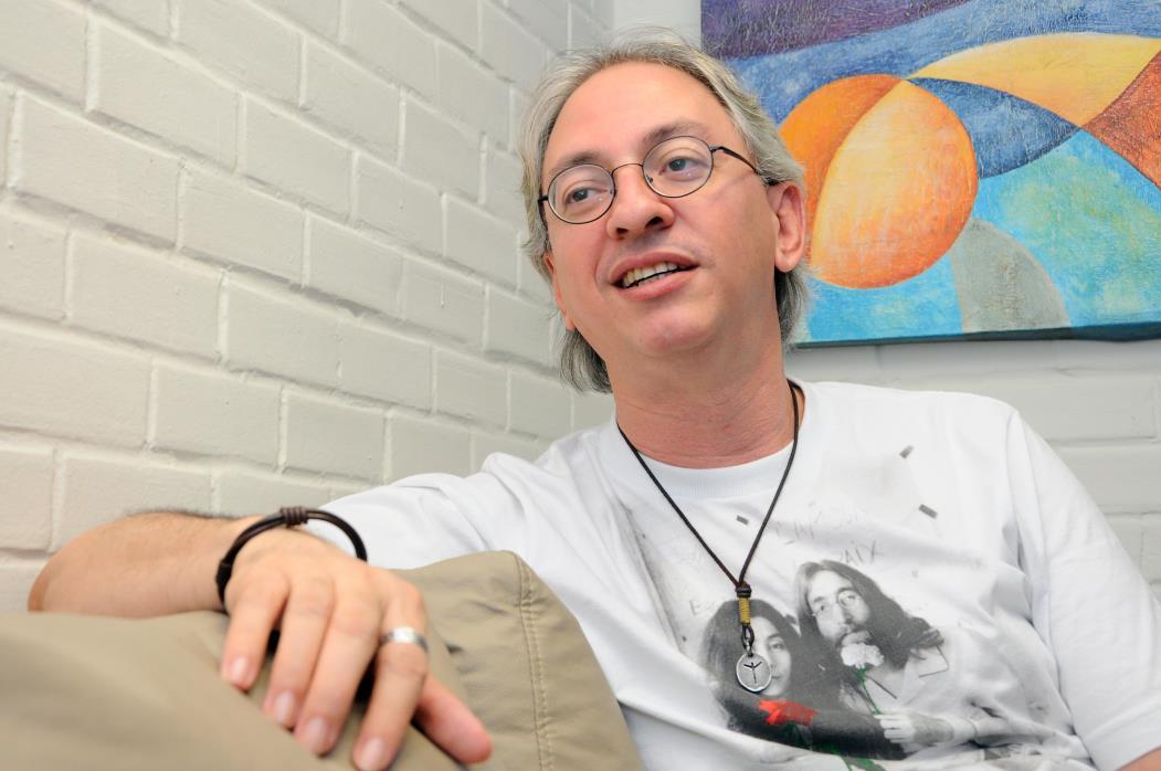Escritor, designer, quadrinista e produtor cultural Raymundo Netto, colunista do O POVO, participa do Projeto Palavras (Foto: ANDRÉ SALGADO)