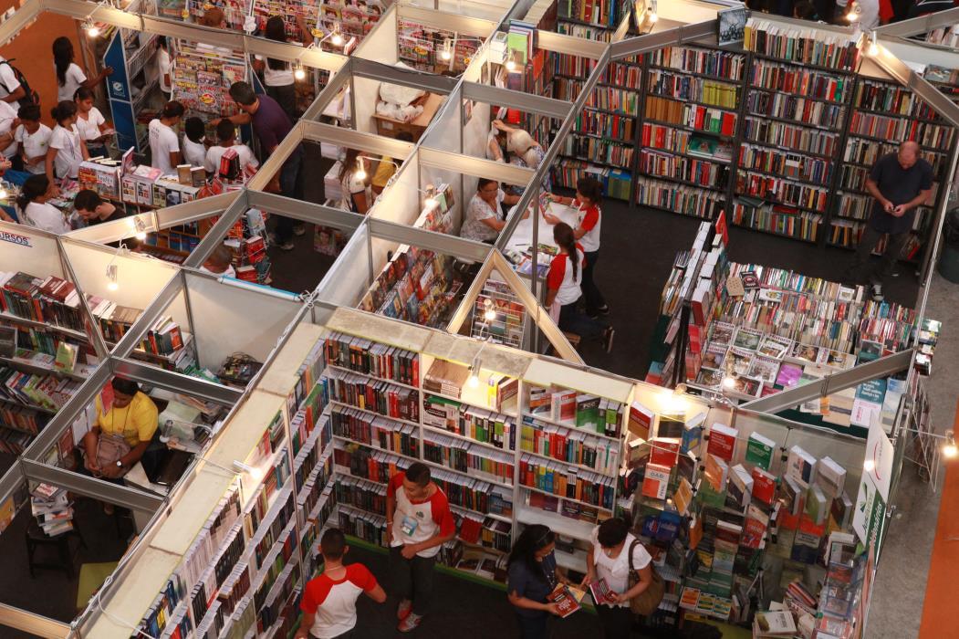 X Bienal Internacional do Livro do Ceará, no Centro de Eventos do Ceará  Na foto: Vista aérea dos stands no pavilhão do Centro  Foto: Sara Maia, em 14/11/2012