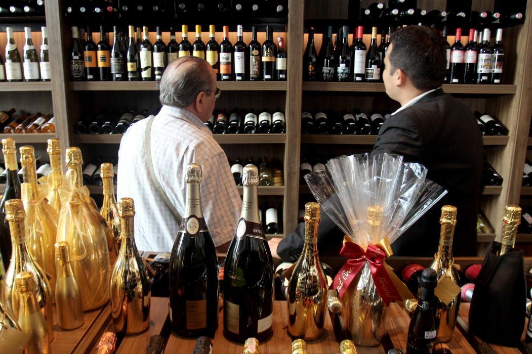 Experiência da Compra Na foto: Clientes na loja Grand Cru Foto: André Salgado, em 16/01/2013