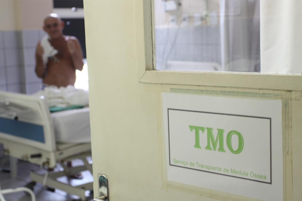 Entrada da ala de Serviço de Transplante de Medula Óssea do Hospital Universitário, ao fundo paciente em enfermaria. Hospital Universitário Walter Cantídio (HUWC)