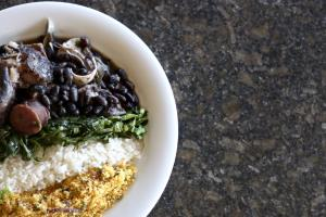 FORTALEZA, CE, BRASIL, 10-01-2015: Prato com feijoada, arroz, couve e farofa (Foto: CAMILA DE ALMEIDA)