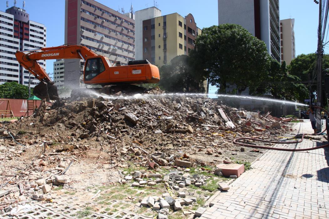 (Foto: EVILÁZIO BEZERRA, em 27/6/2015)Retroescavadeira demoliu casarão antigo localizado no cruzamento da avenida Santos Dumont com a rua Barão de Aracati, na Aldeota