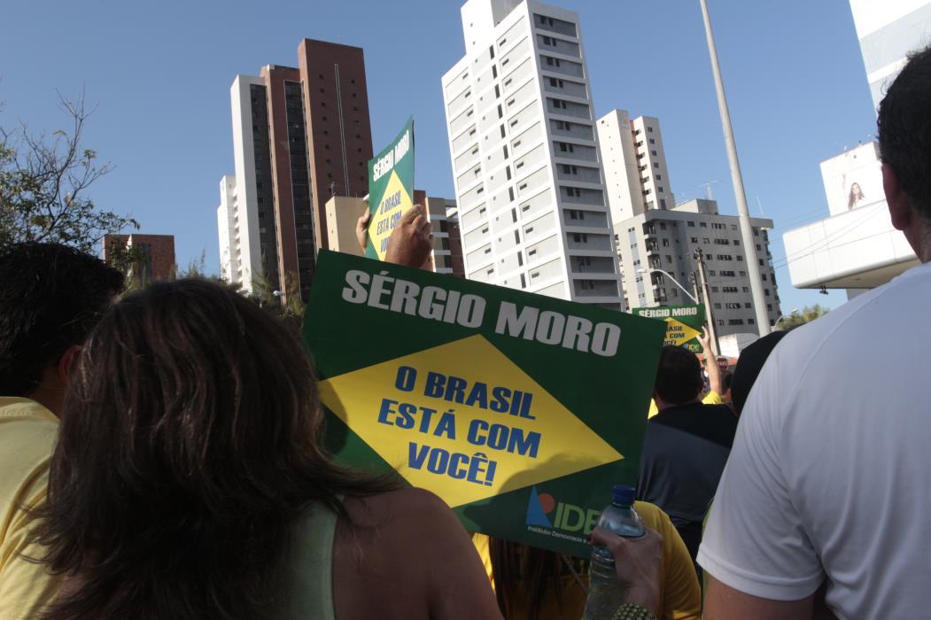 FORTALEZA,CE,BRASIL,16.08.2015: Pessoas exibem cartazes durante protesto contra Dilma. Cerca de 15 mil pessoas se reúnem na Praça Portugal, em protesto pedindo impeachment da Presidente Dilma Rousseff e a punição ao envolvidos na Operação Lava Jato. (fotos: Tatiana Fortes/ O POVO) *** Local Caption *** Publicada em 17/08/2015 - PO 15
