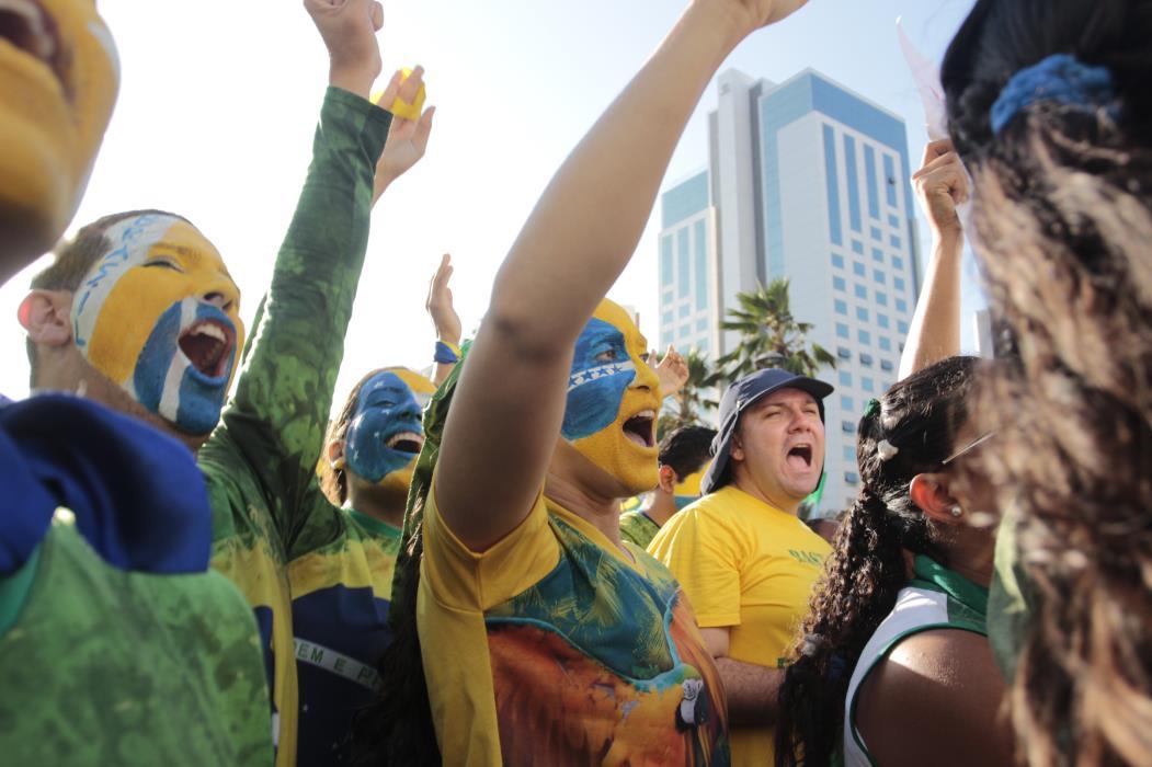 FORTALEZA,CE,BRASIL,16.08.2015: Pessoas cantam hino nacional durante protesto contra Dilma. Cerca de 15 mil pessoas se reúnem na Praça Portugal, em protesto pedindo impeachment da Presidente Dilma Rousseff e a punição ao envolvidos na Operação Lava Jato. (fotos: Tatiana Fortes/ O POVO)