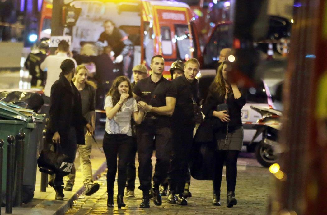 Equipes de resgate evacuam pessoas após um ataque no 10º arrondissement da capital francesa, Paris, em 13 de novembro de 2015. FOTO AFP / KENZO TRIBOUILLARD(Foto: KENZO TRIBOUILLARD)
