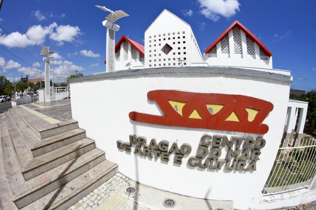 O Centro Cultural Dragão do Mar se localiza na Praia de Iracema