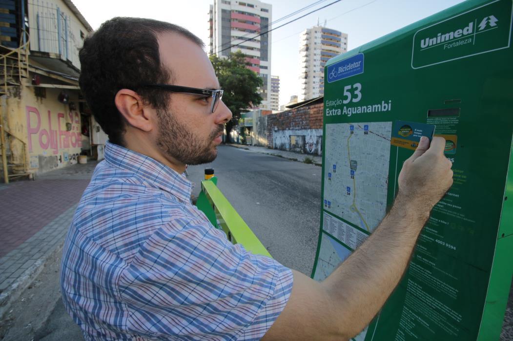 FORTALEZA, CE, BRASIL, 14-12-2015: Bicicletar completa 1 ano e jornalista João Marcelo entra na história e visita algumas estações das bicicletas compartilhadas. (Foto: Rodrigo Carvalho/O POVO)
