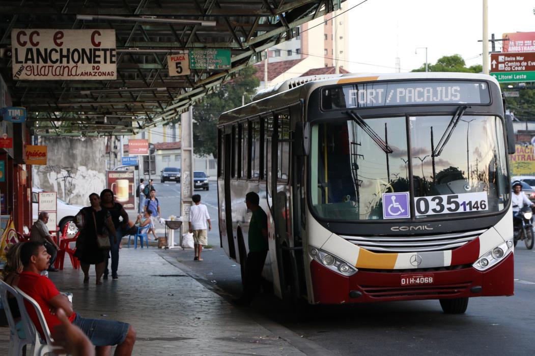 Ônibus Intermunicipal  Metropolitano e movimento de passageiros no Terminal Rodoviário São Benedito na avenida Domingos Olímpio (Foto: Fco Fontenele /O POVO) (Foto: FCO FONTENELE)