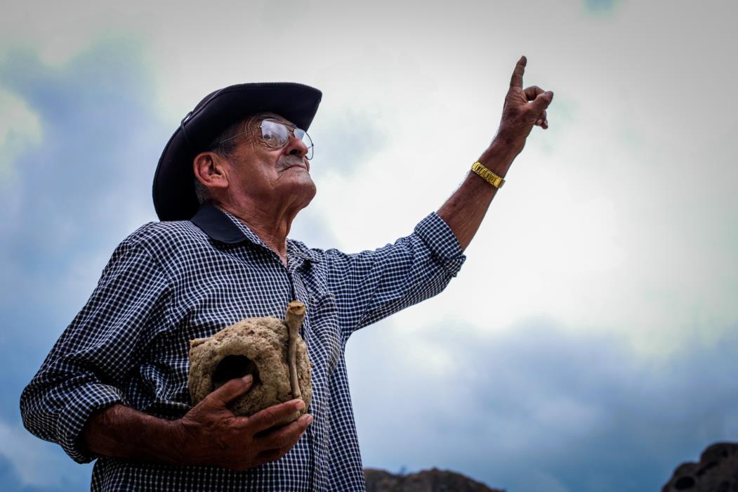Antônio Lima, 75, profeta da chuva há 20 anos, baseia-se nos cupins. (Foto: Camila de Almeida/O POVO)