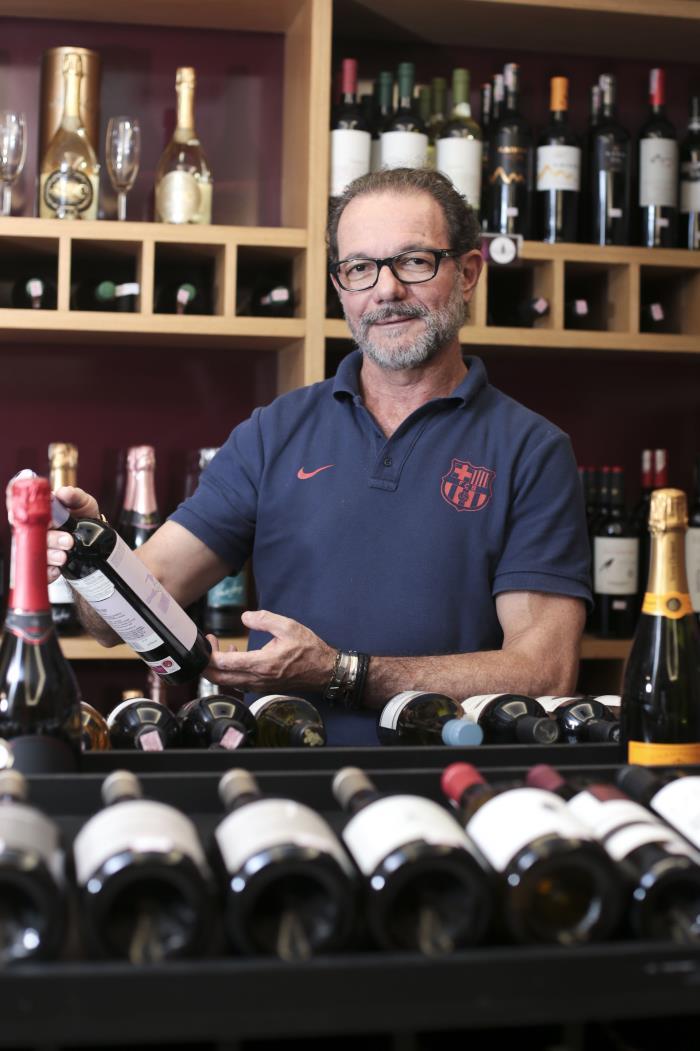 FORTALEZA, CE, 02-02-2016: Marco Ferrari, Somelier. Somelier analisa rótulos de vinhos em adega para o Comes & Bebes. (Foto: Camila de Almeida/O POVO)