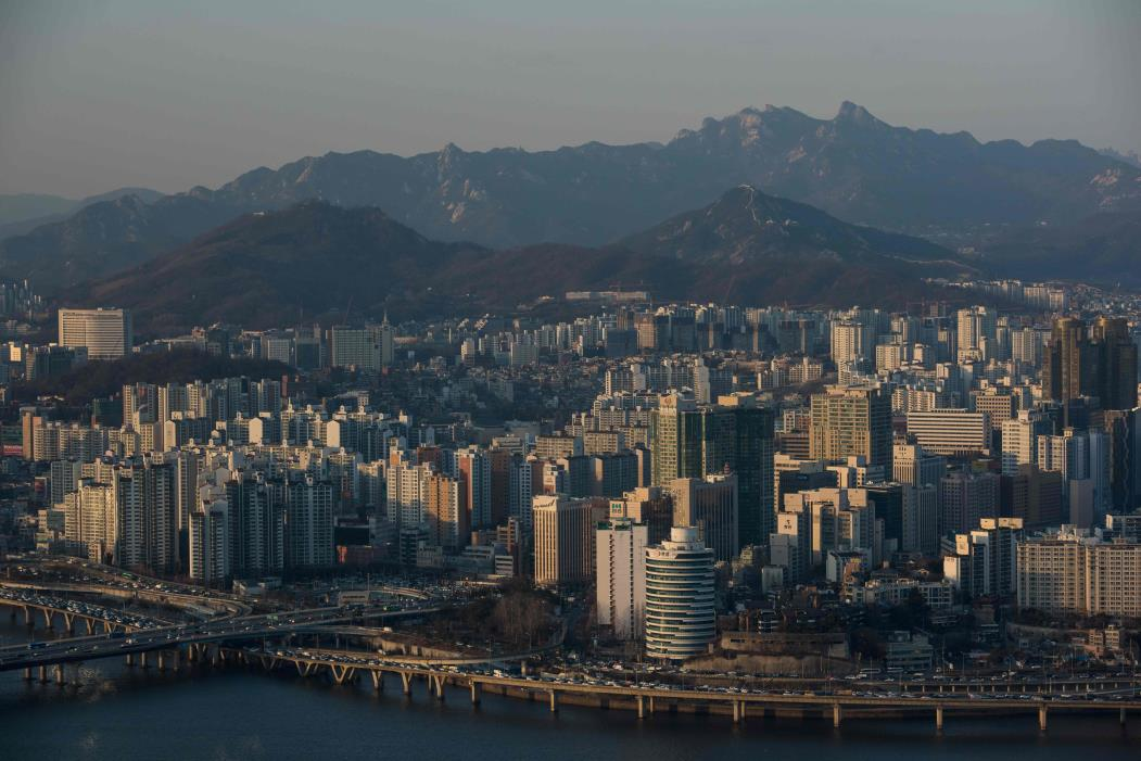 A general view shows a part of the northern Seoul city skyline from the Hanhwa tower on Yeouido island on March 11, 2016.  / AFP PHOTO / Ed Jones (Foto: ED JONES)