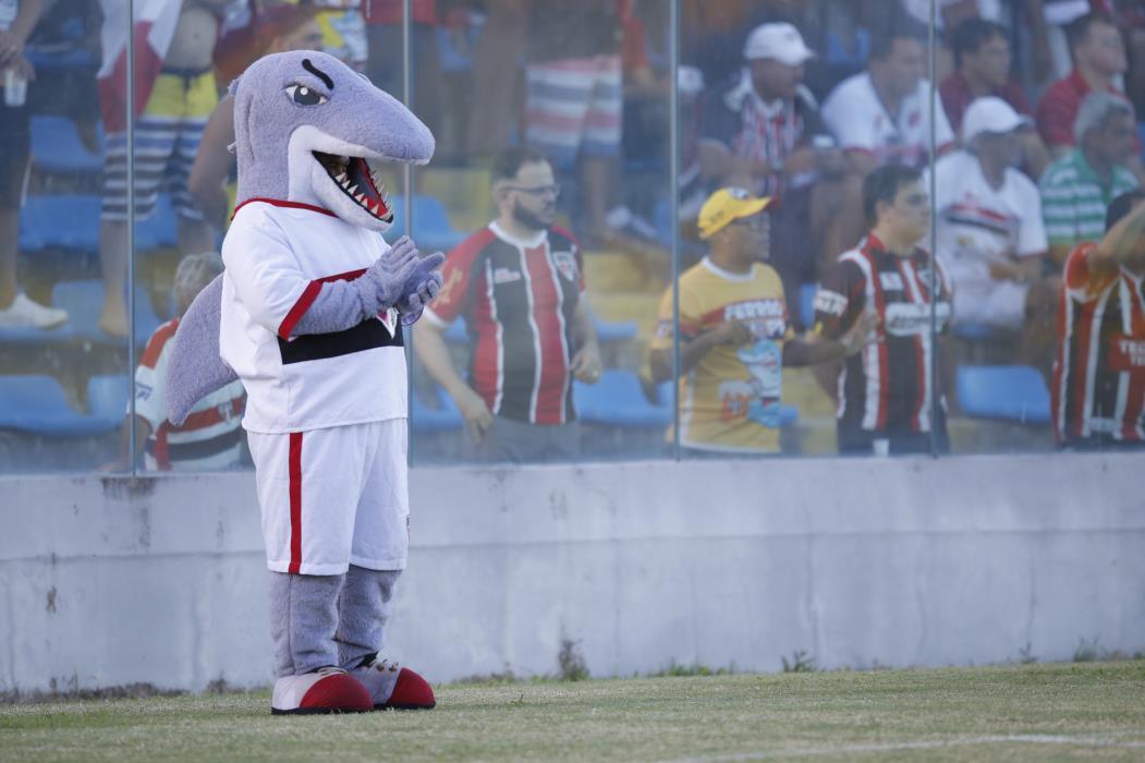 FORTALEZA,CE,BRASIL,23.05.2016: Tutuba, mascote do Ferroviário. Jogo Ferroviário x Horizonte, no Estádio Presidente Vargas. (fotos: Tatiana Fortes/ O POVO)