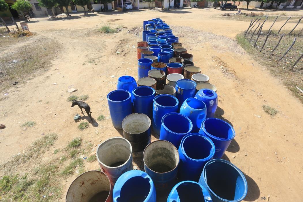 PARA suprir a demanda de água em Canindé, são necessários 16 carros-pipa (Foto: FÁBIO LIMA)