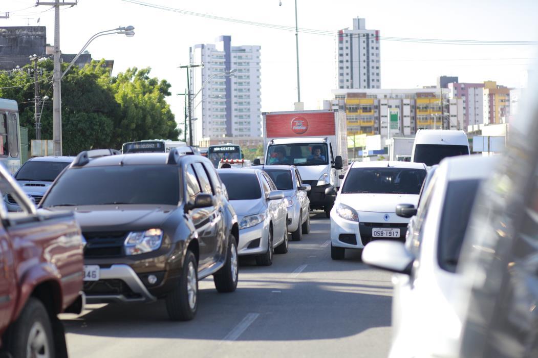 Movimento de carros na avenida Aguanambi (Foto: JÚLIO CAESAR)