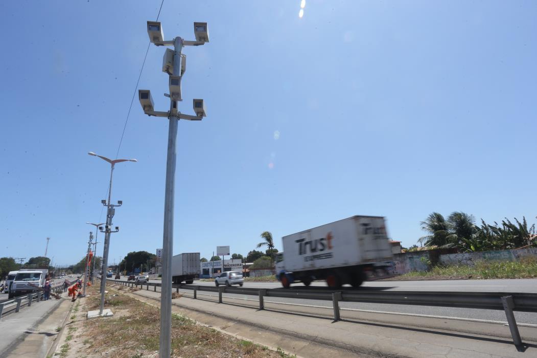 FORTALEZA, CE, BRASIL, 24-08-2016 : Novos radares de velocidade sao instalados na br 116.   (Foto: Fabio Lima/O POVO)