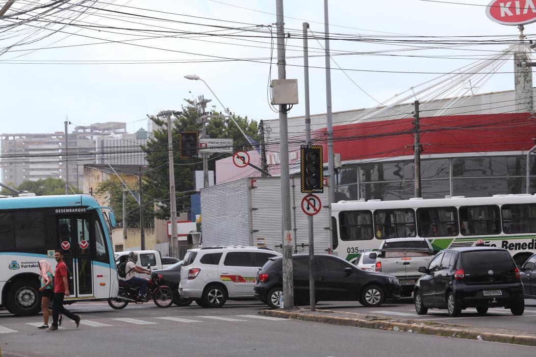 Semáforos apagados causam transtorno no cruzamento das avenidas Aguanambi e Domingos Olimpio.   (Foto: Fabio Lima/O POVO)