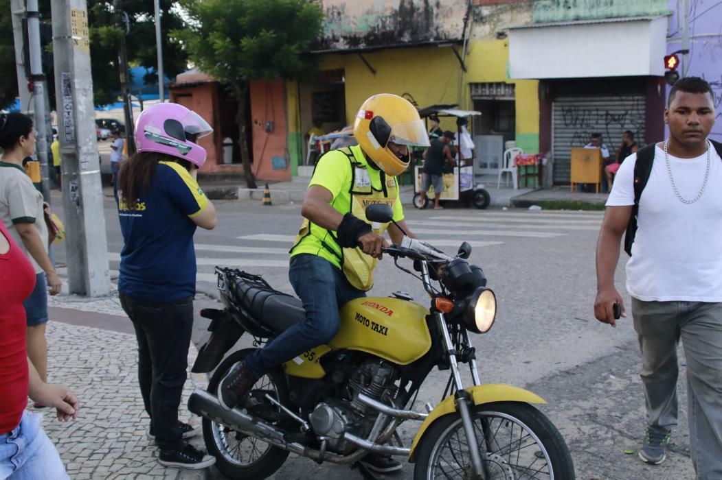 FORTALEZA, CE, BRASIL, 19-04-2017: Serviço de mototáxi em Fortaleza  (Foto: JÚLIO CAESAR)
