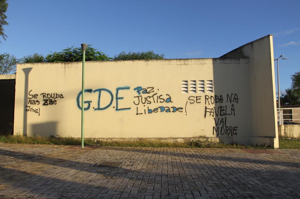 Fluxo de alunos no Centro de Educação de Jovens e Adultos, em Horizonte, cai após assalto que deixou uma pessoa refém e mais 30 mantidas em cárcere durante a ação, em 2017