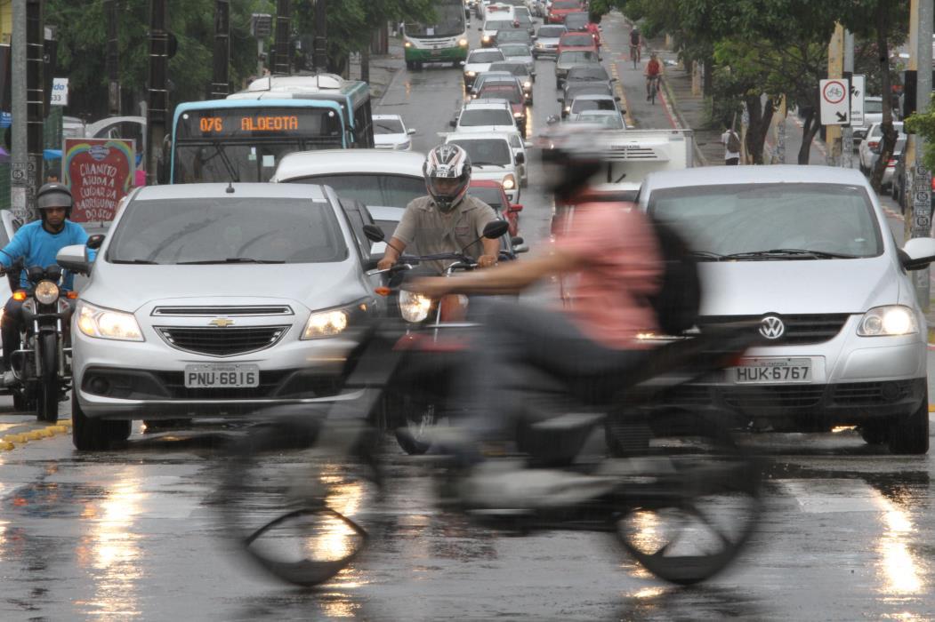 FORTALEZA, CE, BRASIL, 08-05-2017: Prefeitura lança campanha Maio Amarelo para combater os acidentes no transito. NA FOTO- Avenida Antonio Salez com Avenida Aguanambi. (Foto: Evilázio Bezerra/O POVO)