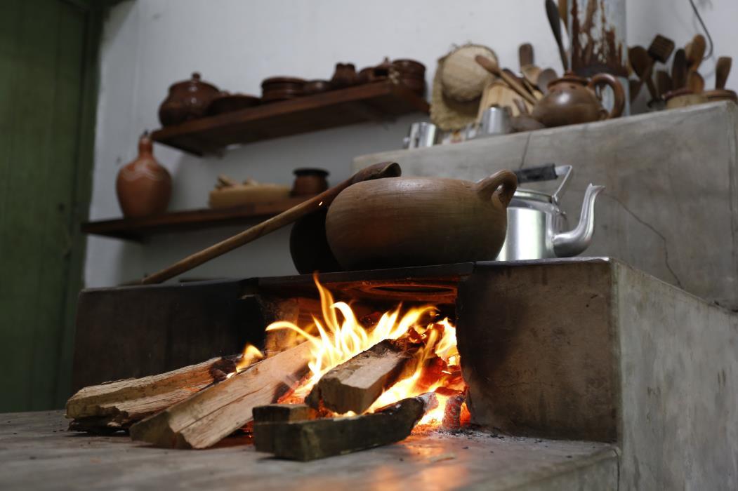 Os incêndios acontecem por falta de cuidado ou conservação dos equipamentos. Na foto, fogão à lenha do Sítio São Luiz, em Pacoti, em 20 de junho de 2017 (Foto: TATIANA FORTES)