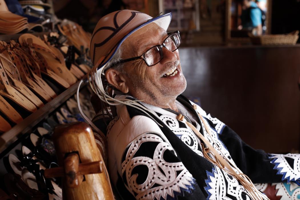Mestre Espedito Seleiro, artesão do couro em sua oficina.