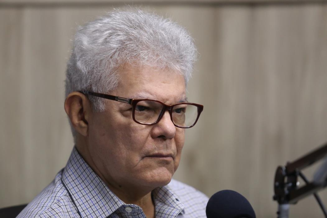 O infectologista Anastacio Queiroz tirou dúvidas dos ouvintes da rádio O POVO CBN sobre coronavírus (Foto: FÁBIO LIMA)