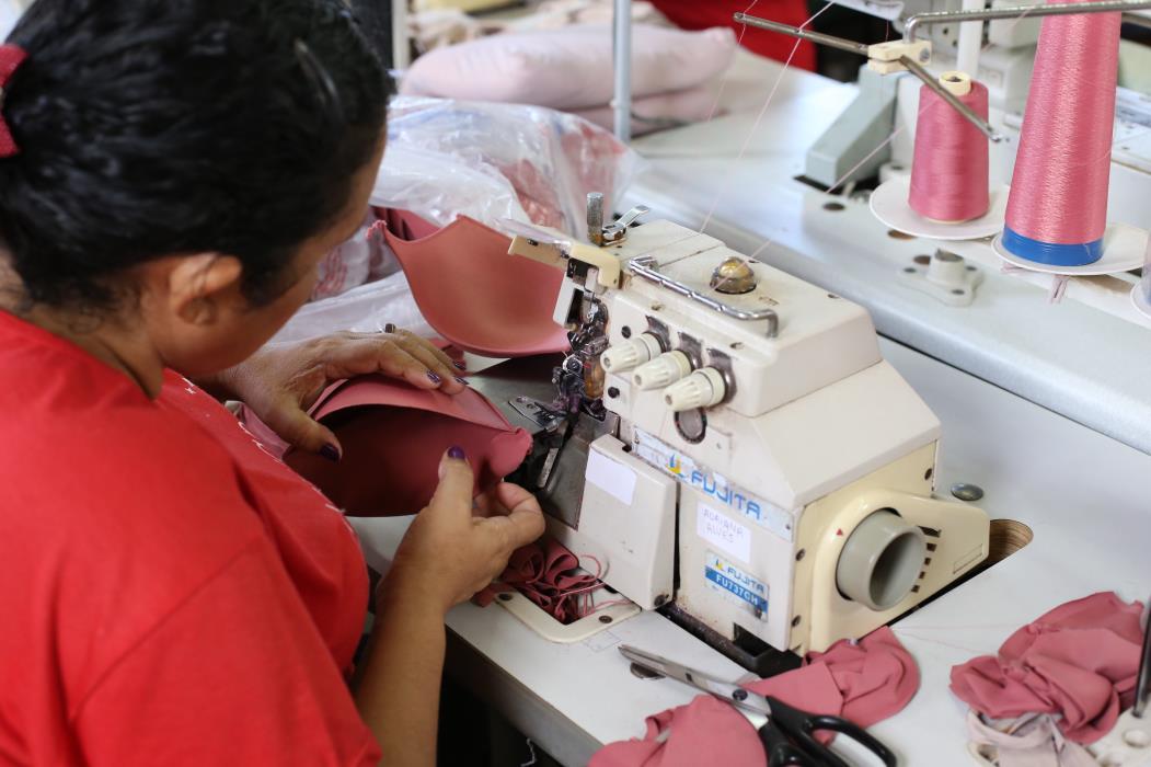 FORTALEZA, CE, BRASIL, 04-08-2017 : especial sobre mercado textil. Nayane Rodrigues Lingerie, Caucaia. (Foto: Fabio Lima/O POVO)