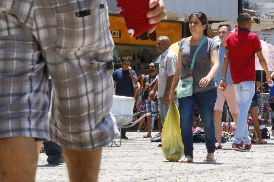 FORTALEZA, CE, BRASIL, 02-09-2017: Movimento de consumidores com sacolas de compras na Praça do Ferreira. Movimento do comércio no segundo dia da promoção Líquida Fortaleza, em lojas do Centro. (Foto: Tatiana Fortes/O POVO)
