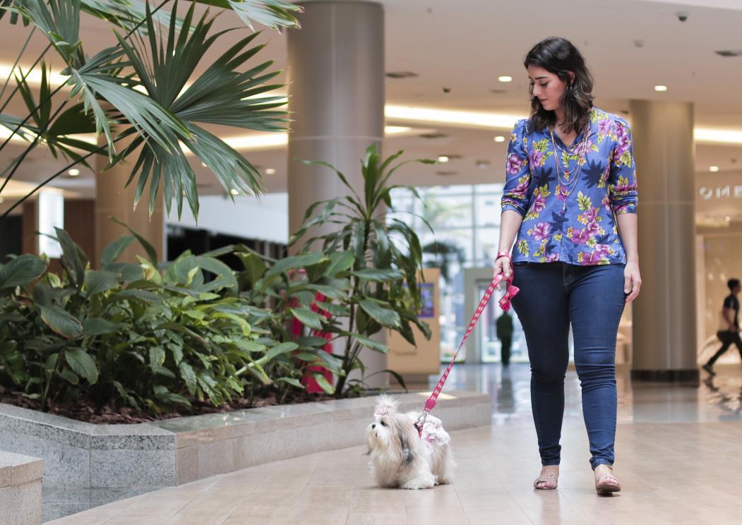 Amanda Morais, 23, estudante de Arquitetura com sua cadela Julie, da raça shitzu, em passeio pelo shopping