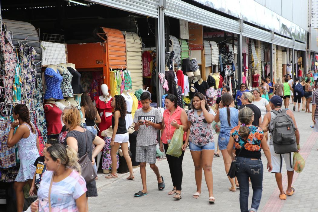 FORTALEZA, CE, BRASIL, 22-12-2017: Movimentação de consumidores na feira da rua José Avelino. Comércio popular aquece as vendas nas festas de fim de ano no Centro. (Foto: Fábio Lima/O POVO) (Foto: FÁBIO LIMA)