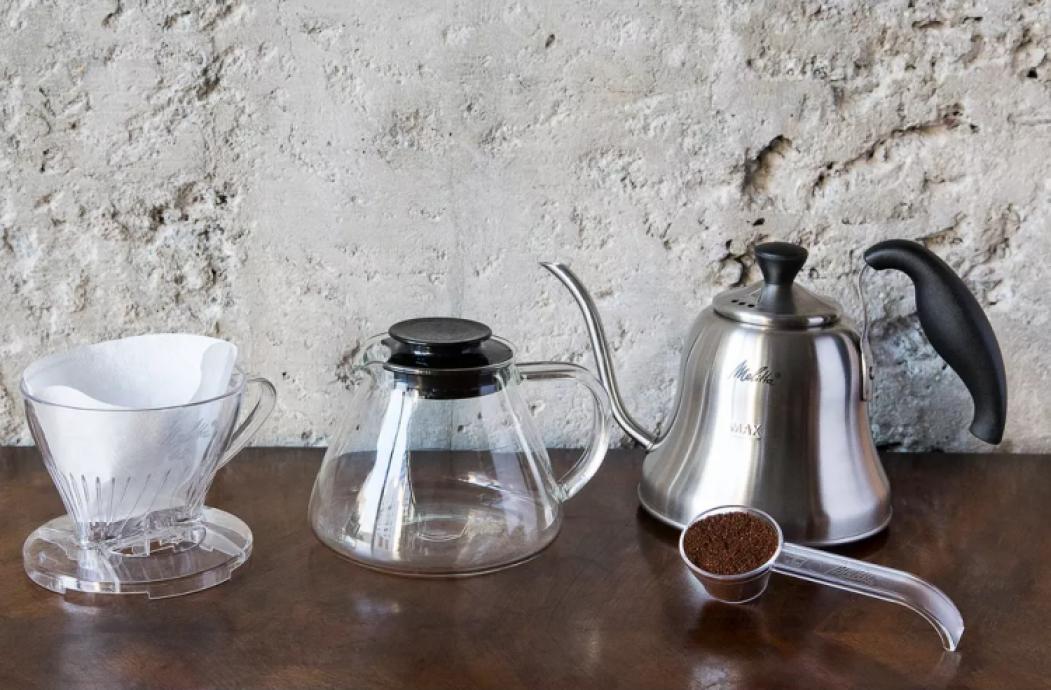 Da esquerda para a Direita o Suporte N4 em acrílico, jarra de vidro e chaleira bico de ganso