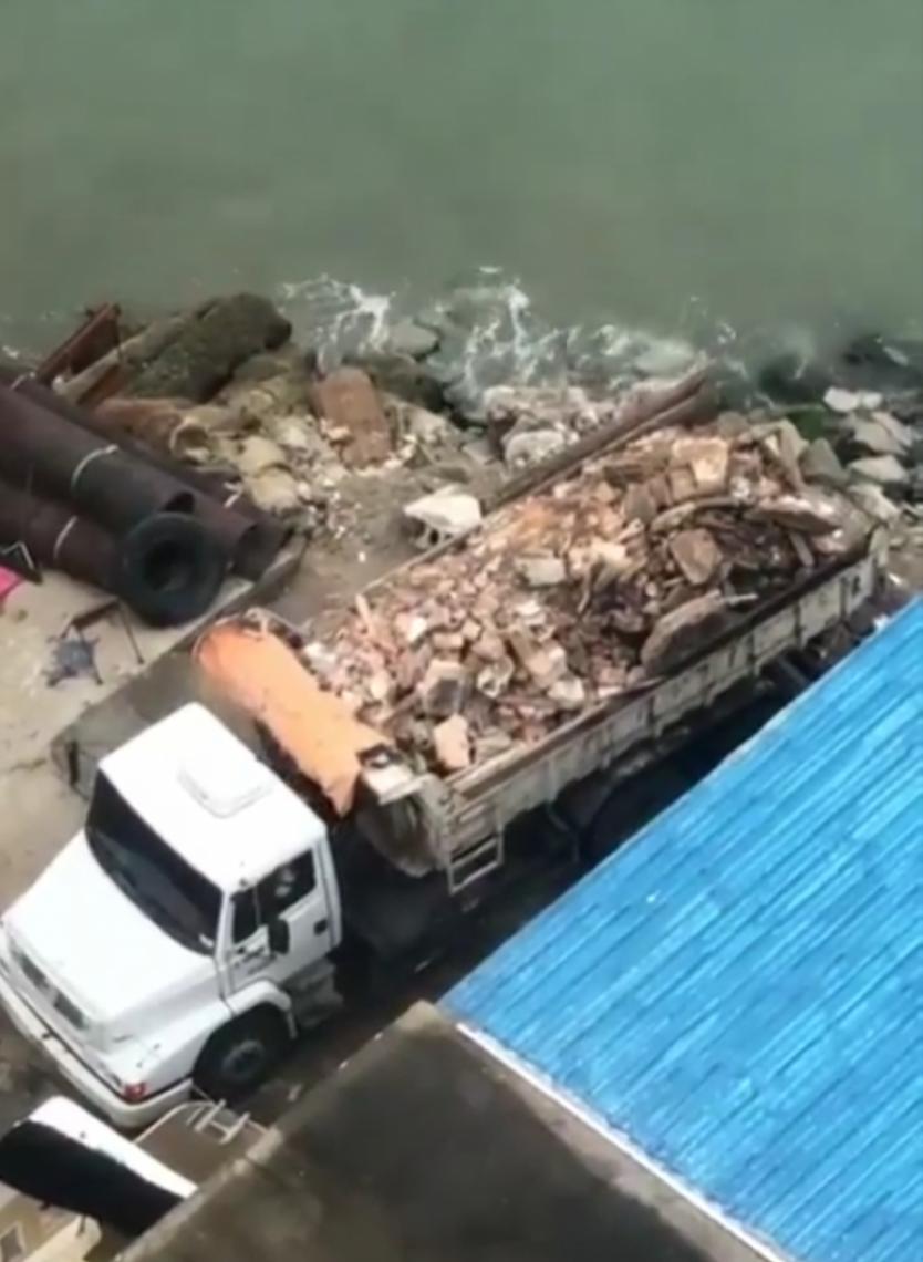 Caminhão foi flagrado despejando entulho no mar da orla do Iate Clube (Foto: Whatsapp O POVO)