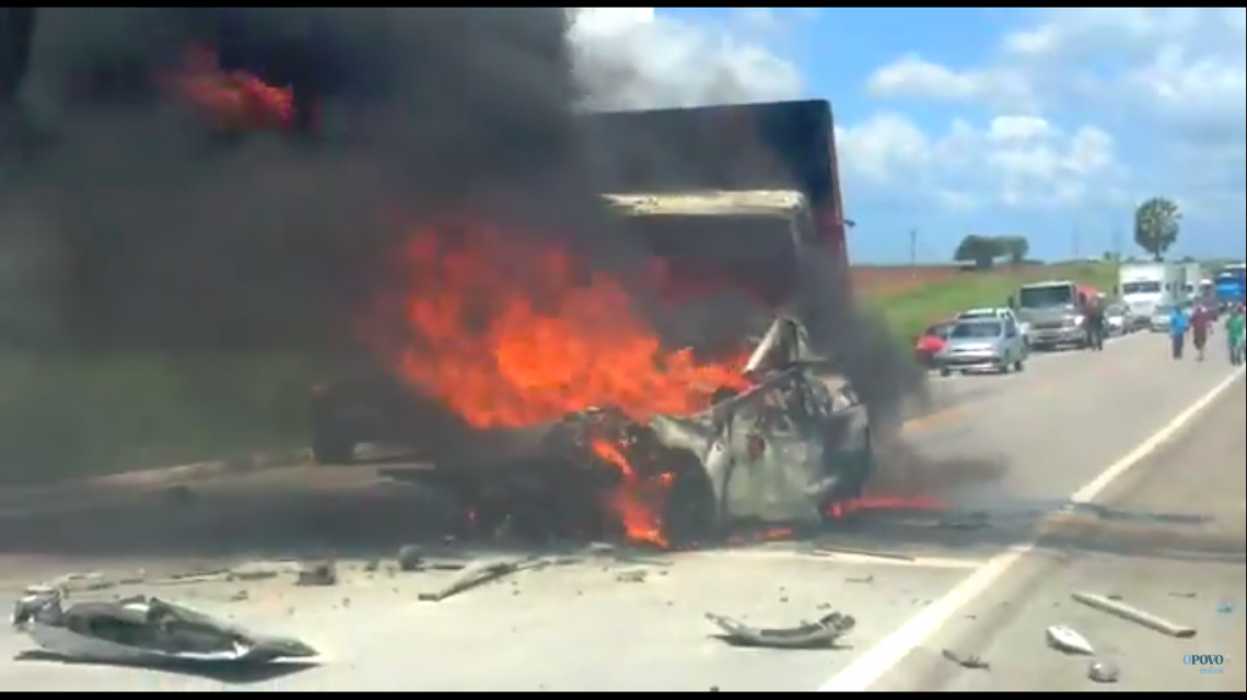 Vídeo mostra carro de passeio e caminhão em chamas (Foto: Alesson Oliveira / Reprodução)