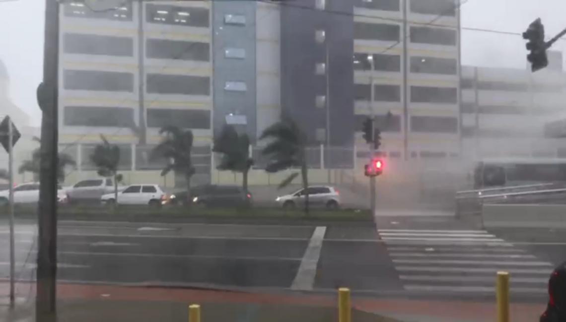 Ventos fortes foram registrados na manhã desta quarta-feira, 27, em Fortaleza (Foto: Reprodução/O POVO)