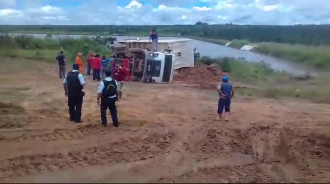 Caminhão tombou às margens da barragem